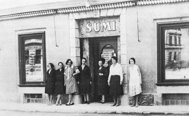 Prodajalke pred trgovino Šumi okrog leta 1930. Fotografija je last Angelike Hribar.