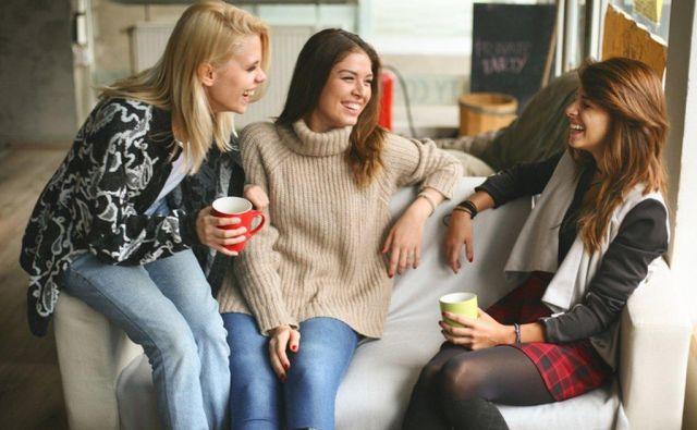 Neposredno in odkrito komuniciranje je značilno za ljudi, ki so si blizu. FOTO Thinkstock