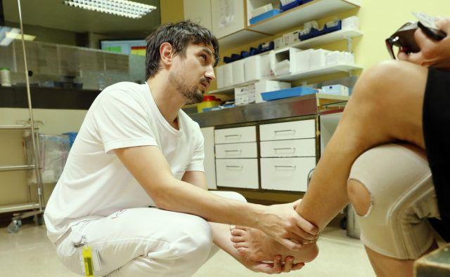 Zdravnik, ki je v službi po 17 ur na dan, gotovo ni spočit, še manj zbran. Ne more biti. FOTO Uroš Hočevar