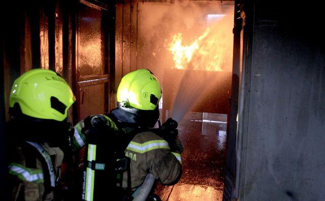 Cenik gasilskih storitev je predpisan, a primerov, da bi gasilci dejansko izstavili račun v primeru intervencij, skorajda ni. FOTO: Roman Šipić/Delo