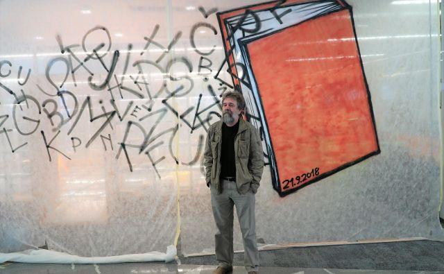 Vlado Vrbič, direktor Knjižnice Velenje in avtor idejne zasnove stalne razstave Prva berila, ob razstavnem prostoru, ki sta ga izdelala arhitekta Aleksandra Dolenec Gojević in Gregor Gojević. FOTO: Brane Piano