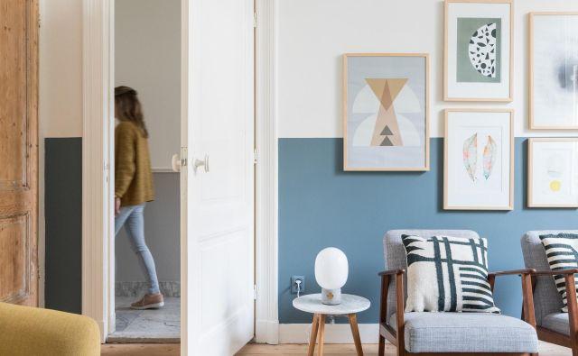 Modri in sivi odtenki ter svetel les ustvarjajo brezčasno vzdušje, čeprav je večina predmetov sodobnih. Foto: Studio Lumino
