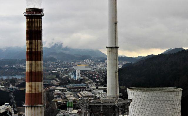 Dimnik letos zaustavljenega bloka 4 v Termoelektrarni Šoštanj, v katerega bodo speljali zrak iz prezračevanja Premogovnika Velenje. V ozadju premogovnik in mesto Velenje. FOTO: Brane Piano