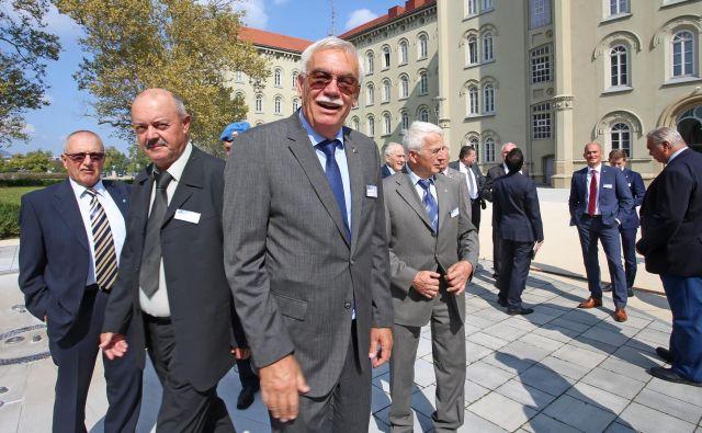 Srečanje evropskih vojaških pilotov v Mariboru je vodil Adi Kuž�nik, predsednik Društva vojaških pilotov Slovenije. Foto Tadej Regent/Delo.