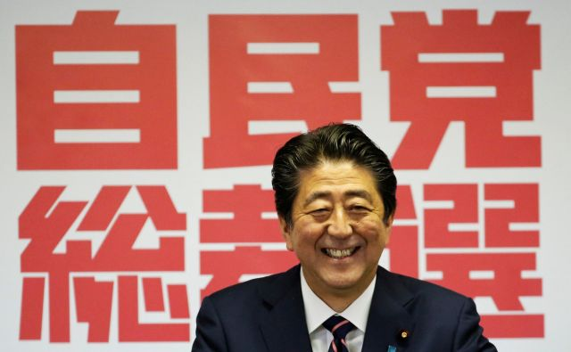 Japonski premier Šinzo Abe je začel svoj tretji mandat na čelu vladajoče stranke. Foto Reuters