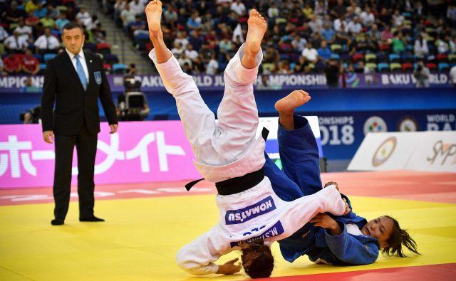 Maruša Štangar (v belem kimonu) se je dobro kosala z izkušenejšo tekmico v repešažu. FOTO: Mladen Antonov/AFP