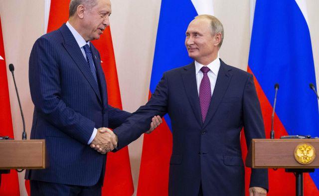 Voditelja Rusije in Turčije Vladimir Putin (na fotografiji desno) in Recep Tayyip Erdoğan se lahko dogovorita celo o tako občutljivih vprašanjih, kot so skupne vojaške enote v tretjih državah. FOTO: Reuters