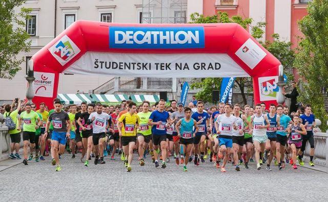 Študenstki tek na grad je letos privabil več kot tisoč študentov. FOTO: Aleksandar Domitrica