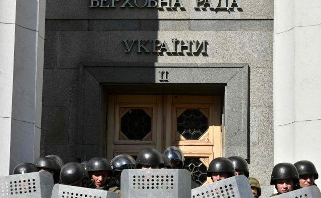 Ukrajinska polcija pred parlamentom v Kijevu. FOTO: Genya Savilov/Afp