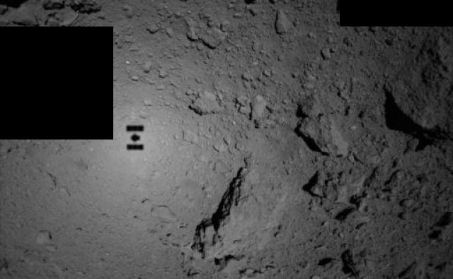 Senca sonde Hajabusa 2 na površju asteroida Rjugu FOTO: Jaxa
