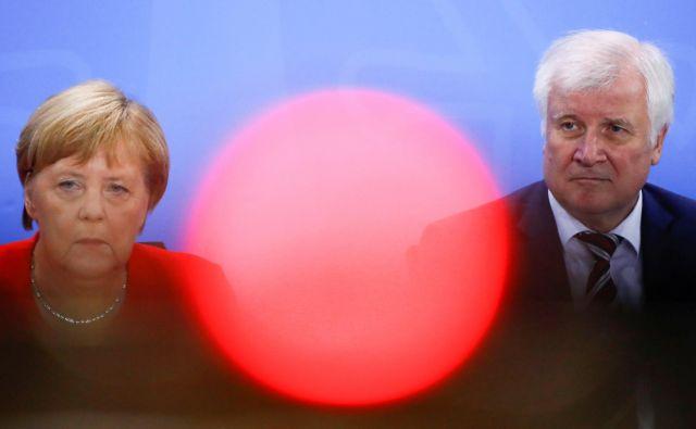 Afere, kakršna je nastala po premestitvi urada za zaščito ustave na notranjem ministrstvu pod vodstvom Horsta Seehoferja, škodijo ugledu kanclerke Angele Merkel in njene koalicije. FOTO: Reuters