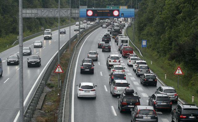 Avtocesta je bila nekaj časa med priključkoma Brod in Šmartno v smeri Karavank zaprta, urejen je bil obvoz. Nekaj čez 11. uro je bila zapora odstranjena. FOTO: Leon Vidic