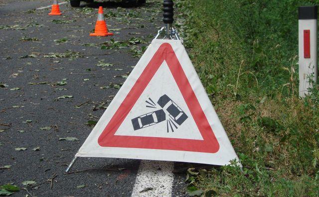 V vozilu sta bila poleg voznika še dva potnika, eden od njiju je utrpel lahke telesne poškodbe. FOTO: Bojan Rajšek/Delo
