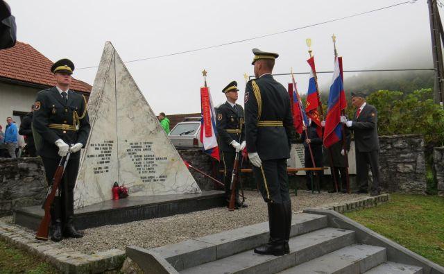 Padlim italijanskim in slovenskim borcem se je poklonila tudi častna straža slovenske vojske. FOTO: Bojan Rajšek/Delo