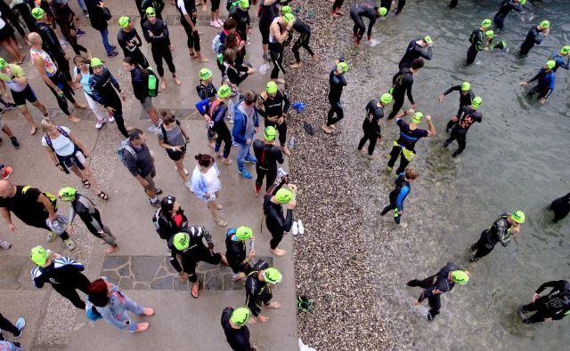 V vodo so se udeleženci zagnali ob 8. uri zjutraj. FOTO: Roman Šipić/Delo
