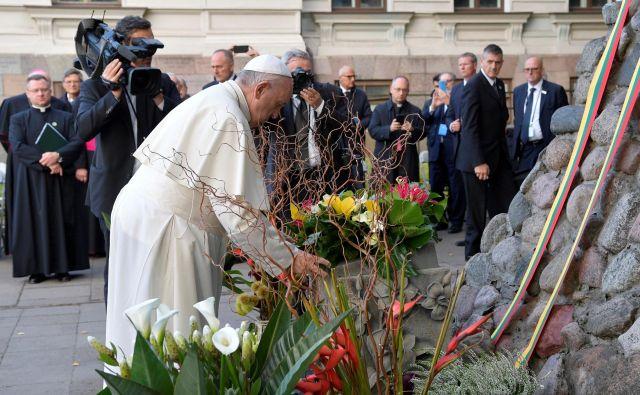Papež je pred okoli 100.000 verniki opozoril, da je treba ohraniti spomin na uničenje Judov v drugi svetovni vojni in pravočasno prepoznati »nov vznik takega pogubnega obnašanja«. FOTO: Reuters