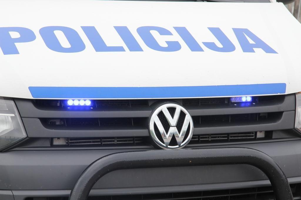 Voznik osebnega avta na Vipavskem zapeljal s cestišča in umrl