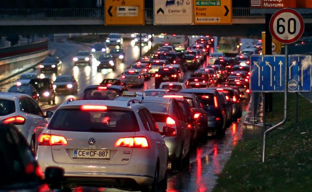 Na mejnem prehodu Obrežje čakajo tovorna vozila pri vstopu v Slovenijo dve uri, na mejnem prehodu Gruškovje pa eno uro. FOTO: Tomi Lombar/Delo