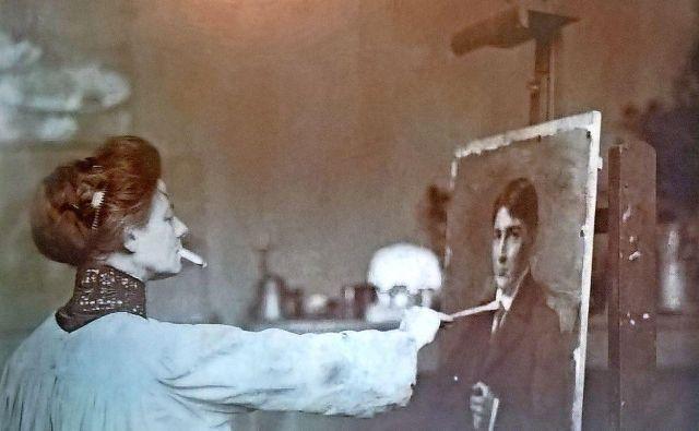 Ivana Kobilca leta 1912 med portretiranjem Vladimirja Stareta. Fotografija zasebni arhiv