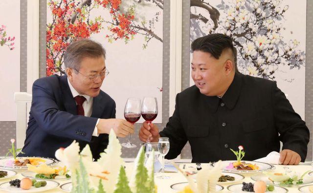 Severnokorejski voditelj Kim Džon Un in južnokorejski predsednik Mun Dže Inon FOTO: Reuters