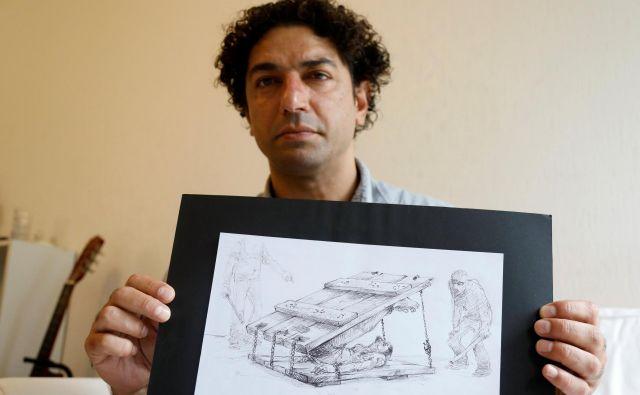 Najah al Bukai z eno od svojih risb mučenja v sirskih zaporih, ki jim je bil priča tudi sam. FOTO: Reuters
