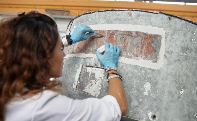Pod sedanjim napisom Aljažev stolp so odkrili sledi prvotnega. Ohranjene so le črke »Al žev sto«. FOTO: Vizualist, Rožle Bregar
