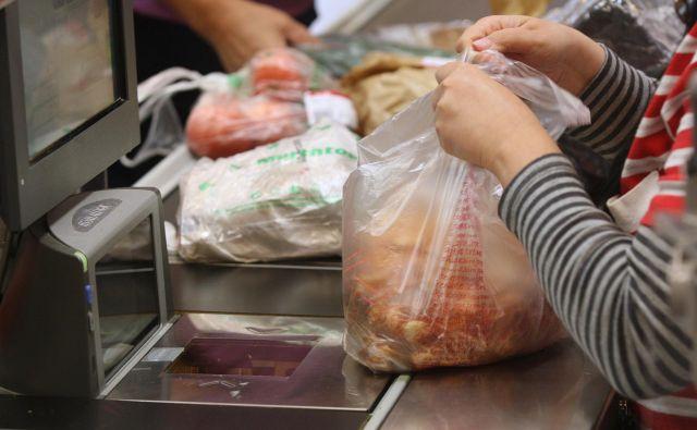 Po 1. januarju bodo brezplačne samo še zelo lahke plastične nosilne vrečke za primarno embalažo živil.<br /> FOTO Igor Zaplatil