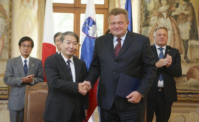 Pogodbo o izvedbi druge faze projekta Nedo sta podpisala Masaaki Nomoto za Hitachi in Aleksander Mervar za Eles. Foto Jože Suhadolnik