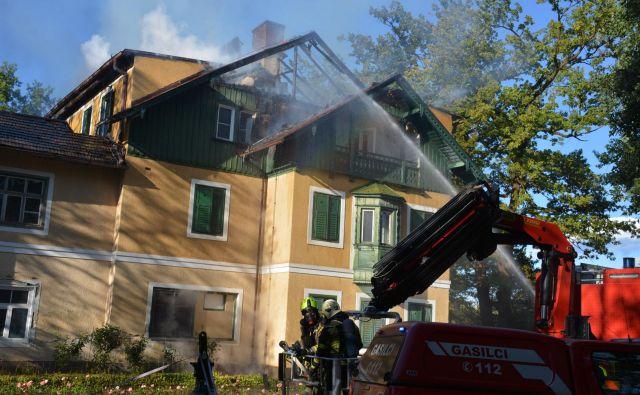 Gasilci so požar sicer omejili, a le od zunaj FOTO: Oste Bakal