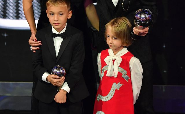 Na razglasitvi so bili tudi Modrićeva soproga Vanja, sin Ivano in hčerka Ema. Dveletna Sofia je ostala doma.<br /> FOTO: AFP