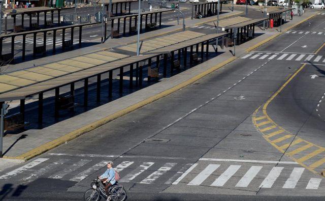 Prazno avtobusno postajališče v Buenos Airesu FOTO: Reuters