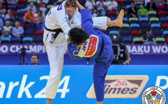 Klara Apotekar (levo, med dvobojem z Japonko Šori Hamada) si je na SP v Bakuju želela več od 7. mesta.<br /> <br /> FOTO: Gabriela Sabau