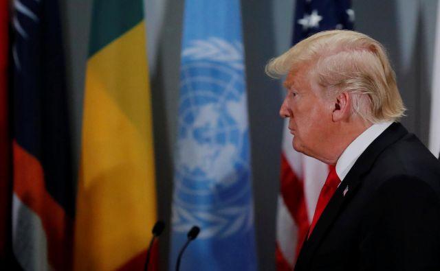 Namesto ovacij sta ga pričakala zmajevanje z glavami in ščepec posmeha.FOTO: Reuters