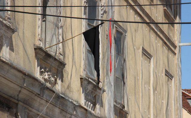 Ob desetih je na sokolcu še visela črna zastava, uro kasneje jo je nekdo snel Foto Tanja Jakše Gazvoda