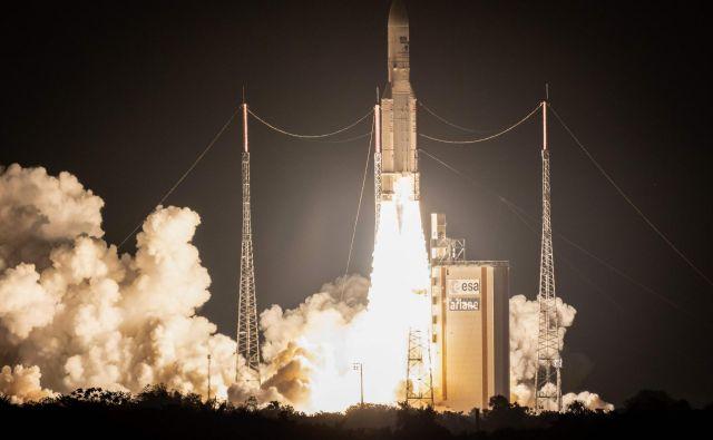Že stota raketa Ariane-5 je uspešno opravila svojo nalogo in v oribto ponesla satelita Horizons 3 in Azerspace-2/Intelsat 38. FOTO: Jody Amiet/AFP