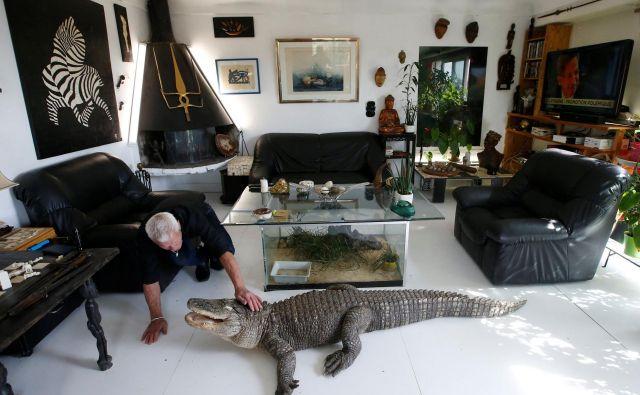 Aligatorja sta med njegovimi najljubšimi hišnimi ljubljenčki. FOTO: Stephane Mahe/Reuters