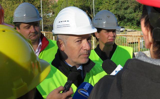 Boštjan Trilar, župan Kranja (z leve), Damir Topolko, direktor direkcije za infrastrukturo, in infrastrukturna ministrica Alenka Bratušek so včeraj pojasnjevali, zakaj je prišlo do prometnega kaosa. Foto Blaž Račič