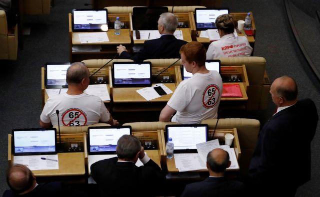 Poslanci so besedilo zakona v drugem branju potrdili s 326 glasovi za in 59 proti, eden pa se je vzdržal. FOTO: Sergei Karpukhin/Reuters