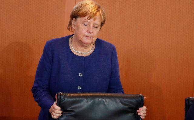 »Mati vseh težav« je tudi za Mutti, kot Nemci radi imenujejo kanclerko, še vedno begunska kriza, ki je številne volivce sredinskih strank potisnila k nacionalistični Alternativi za Nemčijo. FOTO: Hannibal Hanschke/Reuters