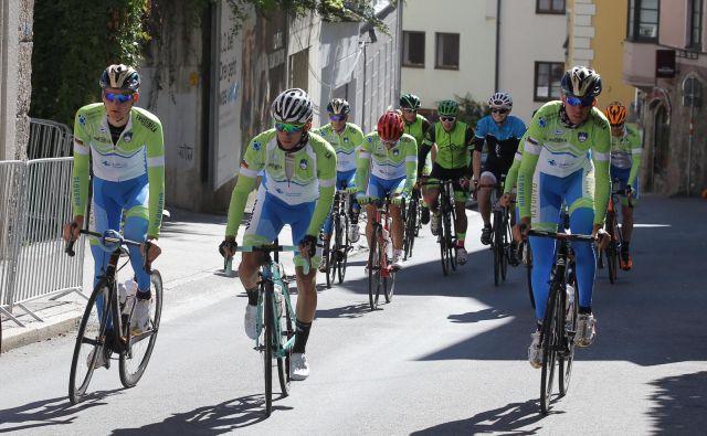 Slovenski kolesarji (v ospredju Matej Mohorič, Primož Roglič in Domen Novak) so včeraj še zadnjič preizkusili traso cestne dirke. FOTO: Jože Suhadolnik/Delo