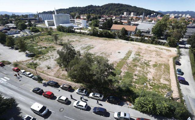 Na zemljišču ob Parmovi, velikem več kot pet hektarjev, bo na voljo skupaj 575 stanovanj. FOTO: Leon Vidic