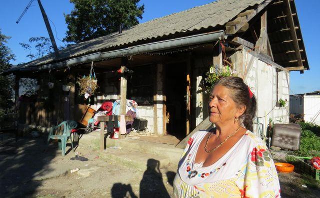 Tatiana Brajdič se ne želi preseliti v novo domovanje, čeprav ji bo tam bolje, kot ji je zdaj v dotrajani hiški.<br /> FOTO: Bojan Rajšek/Delo