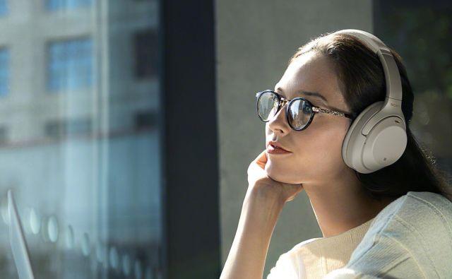 Funkcija <em>quick attention mode</em> omogoča, da slišite, kaj se dogaja okoli vas, ne da bi umaknili slušalke z glave. FOTO: Sony