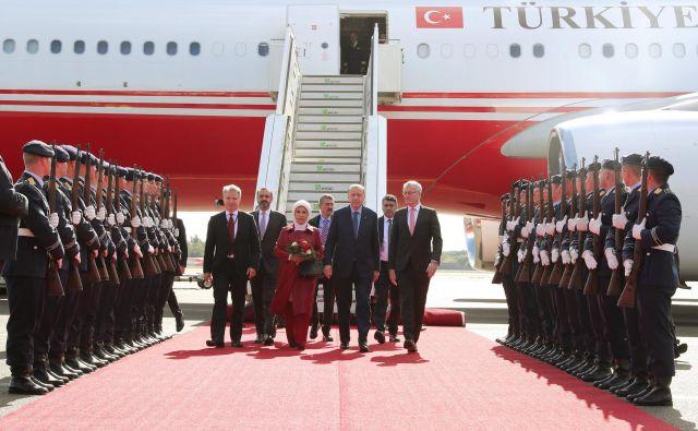 Po pristanku na berlinskem letališču Tegel se je turški predsednik Recep Tayyip Erdogan najprej sestal s predstavniki turških organizacij, danes pa bo na obisku pri gostitelju, predsedniku Frank-Walter Steinmeierju. Foto Reuters