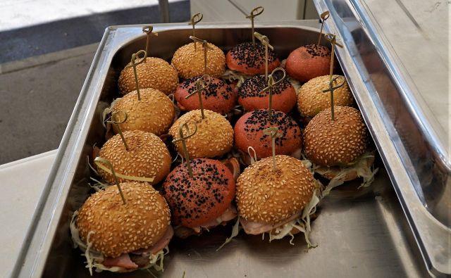 Del kulinarične ponudbe v Žalcu pri fontani piv Zeleno zlato je tudi s(a)vinjski burger. FOTO: Brane Piano