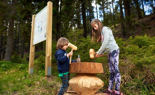 Danes otroci na škratovi učni poti žige dobivajo z lesenimi kladivi, jutri se bodo v obogateni resničnosti s škratom pogovarjali. FOTO: arhiv Unitur