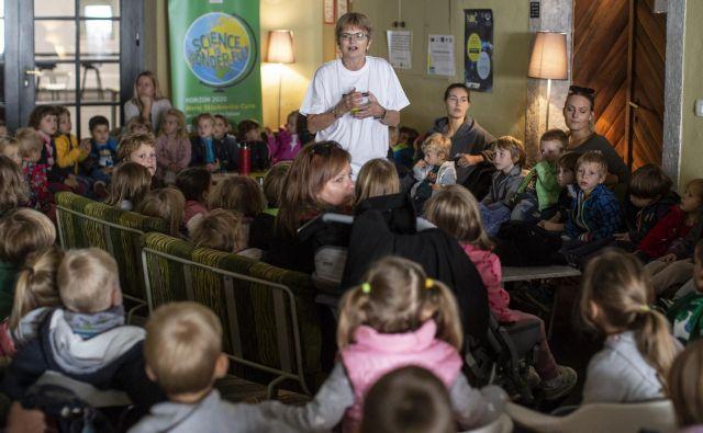 Cvetka Sokolov se je otrokom predstavila kot pravljičarka in raziskovalka.<br /> FOTO: Voran Vogel