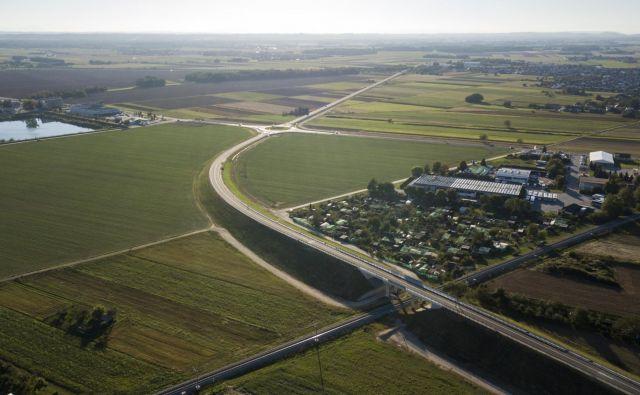 Zaradi zapletov pri izbiri izvajalca južno murskosoboško obvoznico v dolžini 2,7 kilometra danes odpirajo tri leta pozneje, kot je bilo prvotno načrtovano.<br /> Foto Jan Vitez