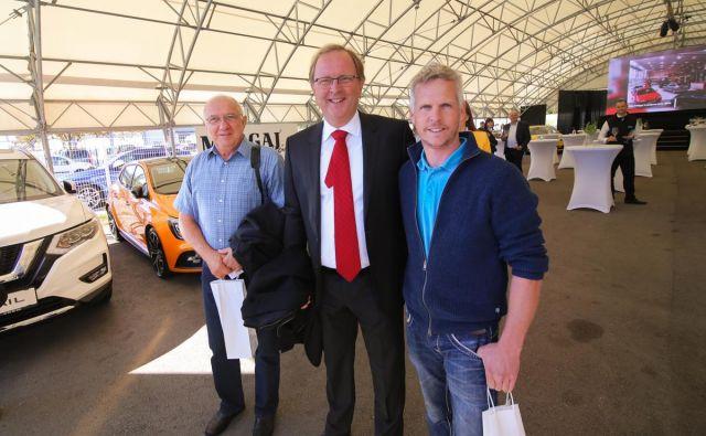 Direktor avtohiše Malgaj, Andrej Malgaj, v sredini, med praznovanjem 20-obletnice delovanja.<br /> FOTO: Barbara Reya