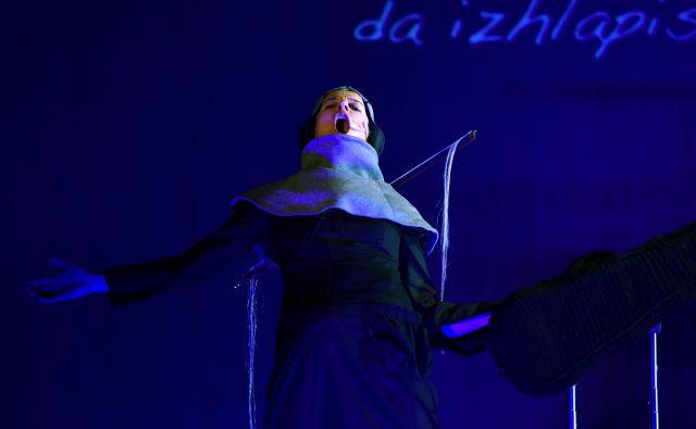 Utrinek iz predstave Deklica s strunami. FOTO: Peter Uhan